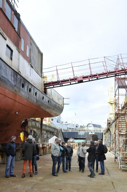 Kystlagsfolk på omvisning på Bredalsholmen Dokkog Fartøyvernsenter
