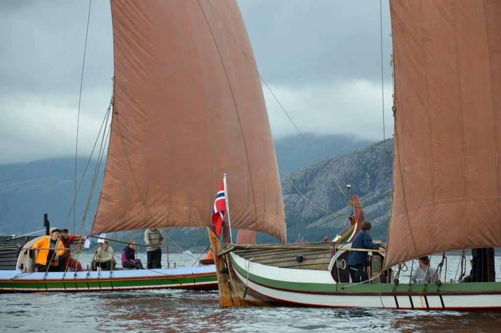 Nordlandsbåter i regatta i Sandnessjøen