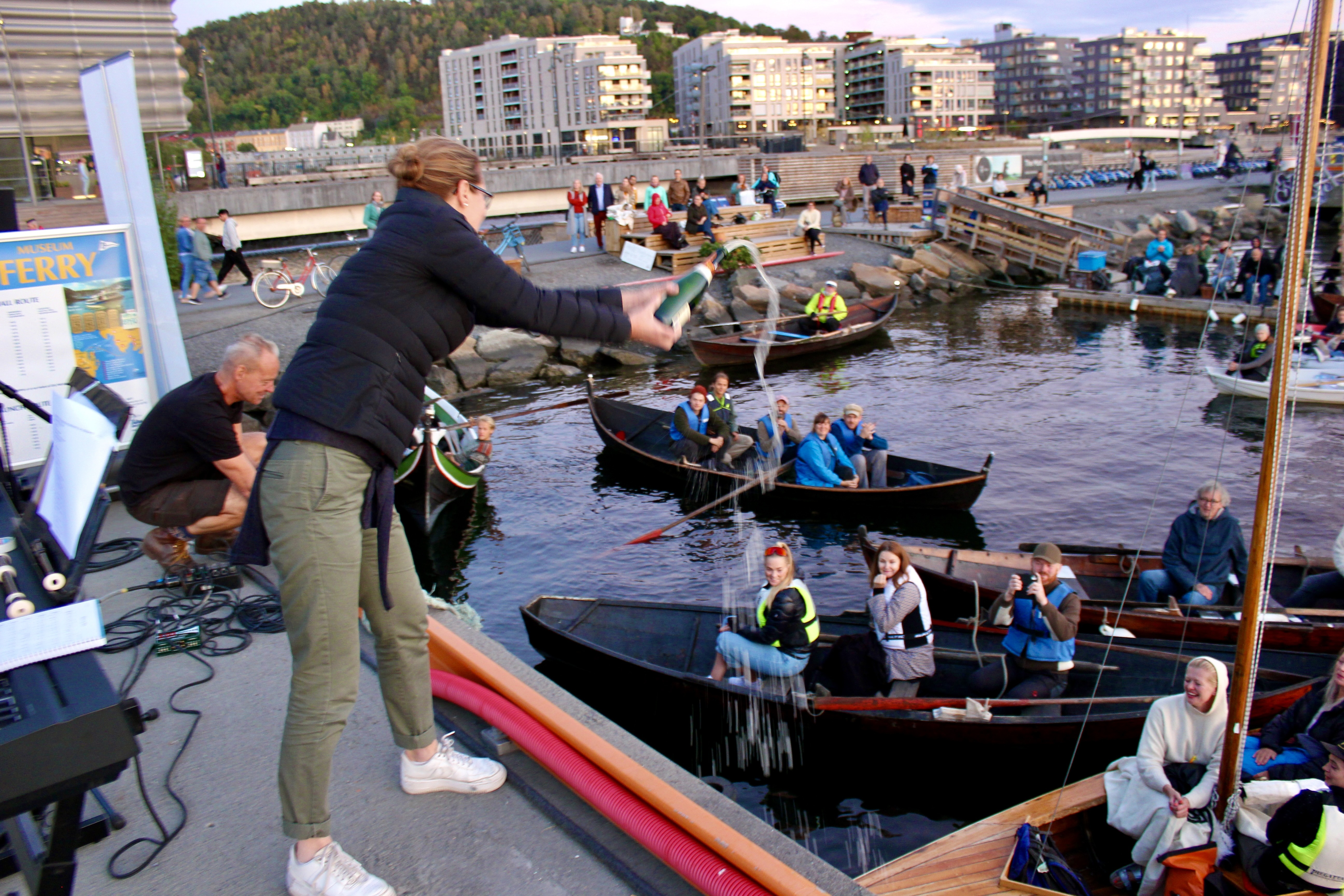 "Riksantikvar Hanna Geiran døper den nybygde Oslojollen ""Hanna Galore"". Foto: Øyvind Aase Fluge, Riksantikvaren"