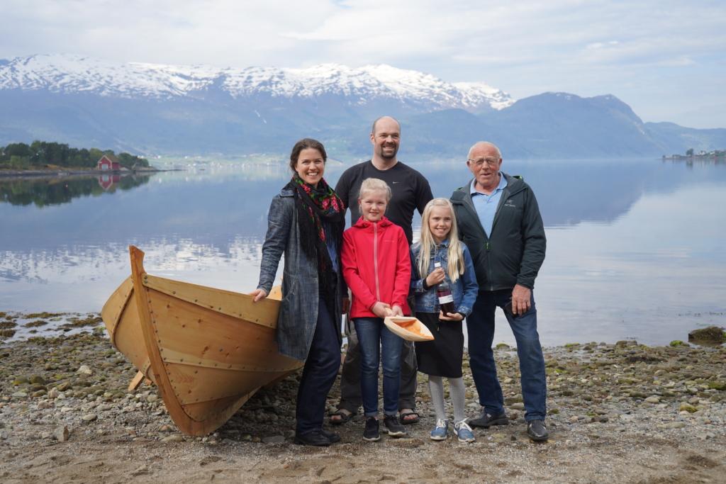 """Anne Kristin Moe fra Nordfjord Folkemuseum, Leder i Nordfjordbåtlaget Lars Bjarte Osland, båtens gudmødre, og båtbygger Kristen Arnestad. Båten fikk navnet """"Lille viking"""". Foto: Thomas Walle"""