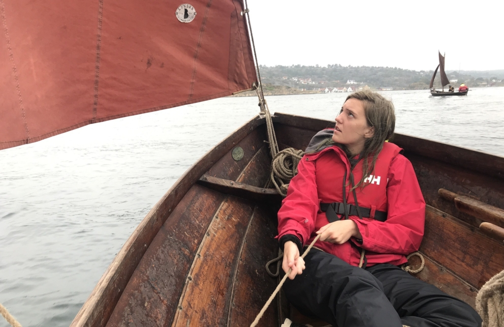 Eydis (17) fra Island lærer å seile tradisjonsbåter på vår skjærgårdscamp for ungdommer denne uka. Foto: Sveinung Uddu Ystad