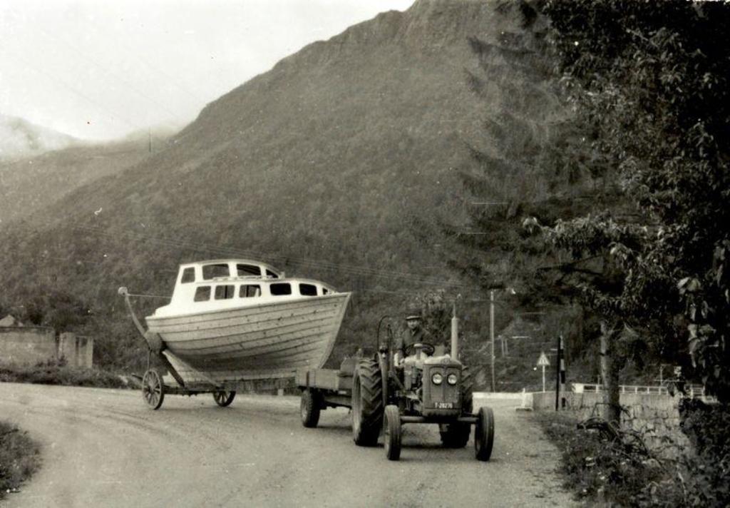 Båtdraging med traktor i Bjørkedal på tidlig 70-tall. Foto: Bjørkedal kystlag/Hans Petter Eidseflot