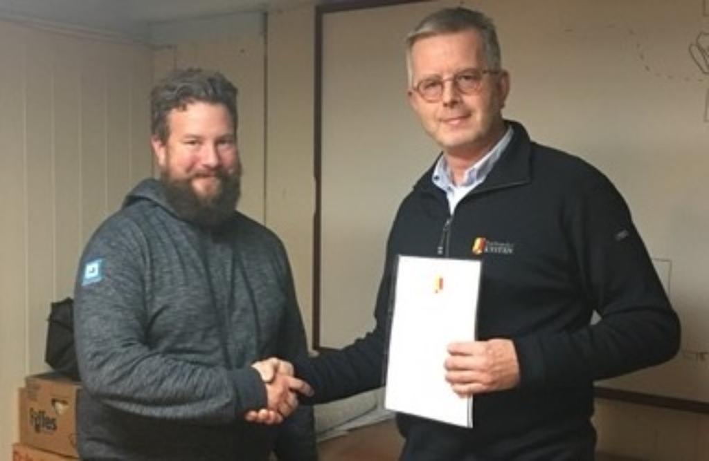Aleksander Krzywinski signerte avtalen om landsstevne i Bergen i 2020 på vegne av Bergen kystlag. Her sammen med leder i forbundet, Asgeir K. Svendsen.