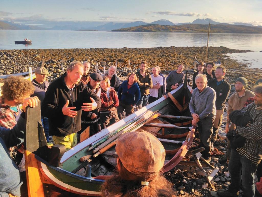 Det diskuteres rundt båtene på Forbundet KYSTENs Råseilseminar 2017 i Tromsø.