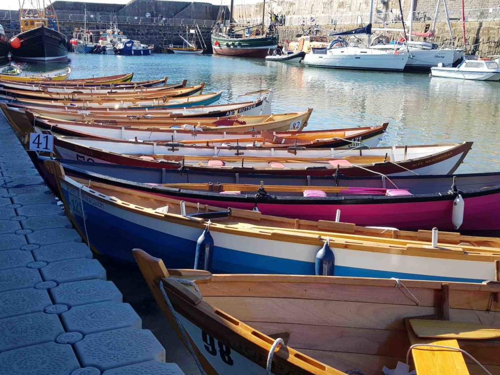"Skotske ""skiffs"" ved kai i Portsoy under årets festival. Foto: Tove Hjellnes Aurdal"