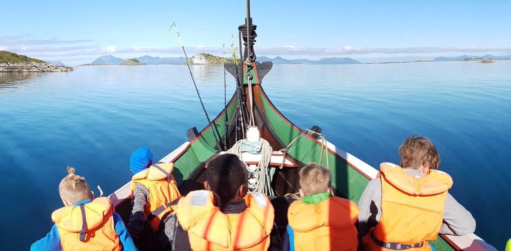 Sikkerhet til sjøs er viktig. Derfor trenger vi et regelverk som både ivaretar sikkerheten og muliggjør at barn får komme ut på sjøen og lære hvordan man ter seg i båt. Her fra leirskolebarn på tur i Troms. Foto: Vågsfjord kystlag