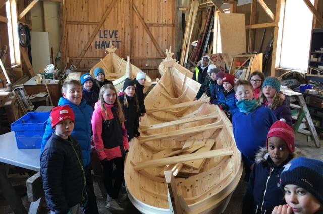 Barn og unge i hele landet får nå tilgang til flotte nybygde tradisjonsbåter. Her er en heldig gjeng i Rognan. Foto: Kai Linde
