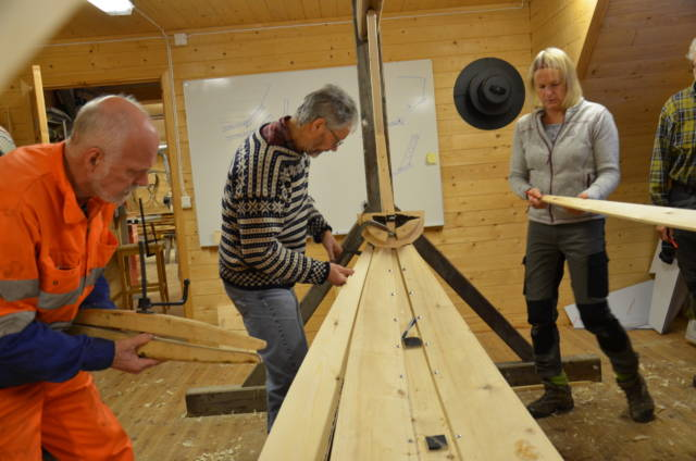Elever i sving på kurset i klinkbåtbygging på Museet Kystens Arv. Foto: Torunn Elise Kveen