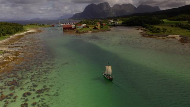 Båtbygger Ulf Mikalsen medvirker i filmen. Her seiler han i hjemlige favann rundt Kjerringøy. Foto: Jon Terje Hellgren Hansen
