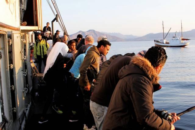 Kystlaget Salta har i flere omganger invitert flyktninger og innvandrere med på sosiale fisketurer. Her fra tur med Faxsen i september i år. Foto: Kystlaget Salta
