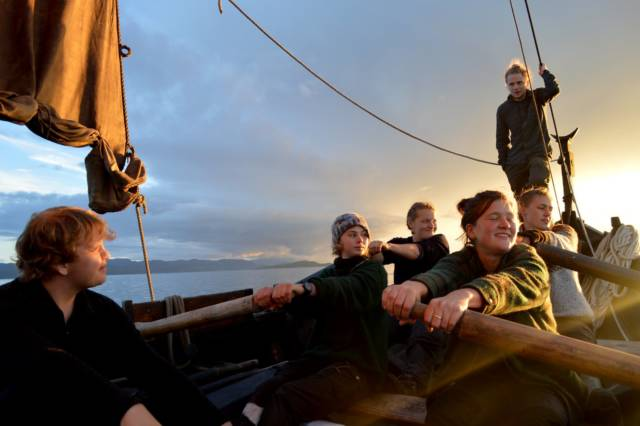 På Fosen folkehøgskole introduseres ungdommer fra hele landet for tradisjonell kystkultur. I helgen ble de hedret med Kystenprisen. Foto: Fosen folkehøgskole