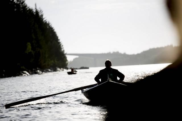 Videojournalist Sveinung Uddu Ystad har rodd Radøy rundt med Keipane kystlag. Foto: Sveinung Uddu Ystad