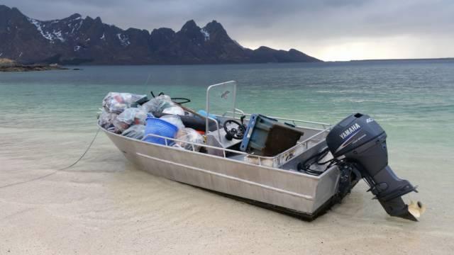 Strandrydding i regi av Øksnes kystlag. Foto: Karen Steinsvik