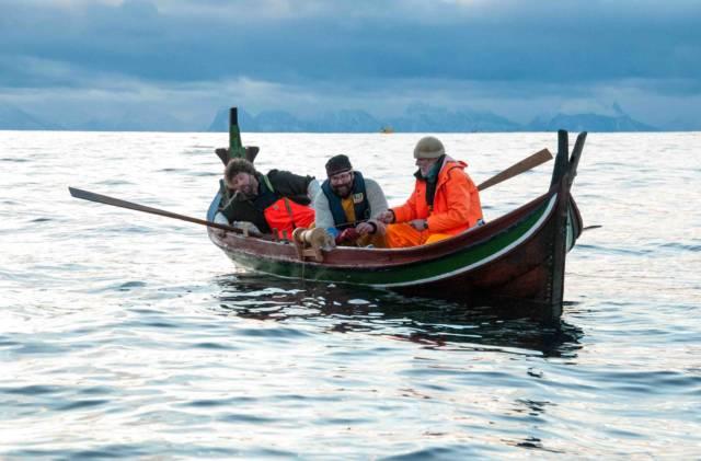Øksnes kystlag har 30 års erfaring med å engasjere barn og ungdom i sin lokale kystkultur. Her får helgens seminardeltakere en omvisning i naustet. Foto: Mathilde Gabrielsen Vikene