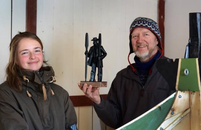 Tora Bakkemo fra KYSTEN-sekretariatet overrasket Ulf i verkstedet med hyggelig nyhet. Foto: Ivar Jensen