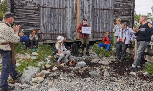 Vår utsendte Per-Einar Eilertsen overrasket Arctandria Tromsø kystlag med god nyhet under årets Sankthansfeiring. Foto: Bente Nordahl