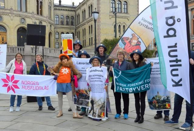 I september demonstrerte vi for full momskompensasjon sammen med Frivillighet Norge og mange andre. Resultatet lar dog vente på seg. Foto: Tuva Løkse