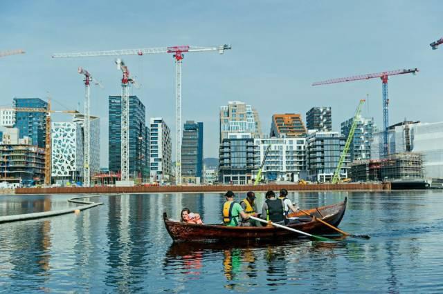 Akerselva Trebåtforening er en kontrast til omgivelsene sine i Bjørvika. Foto: ATF